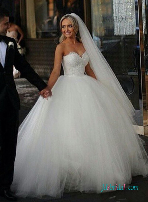 H1591 Feminine soft tulle ball gown wedding dresses with sweetheart neck