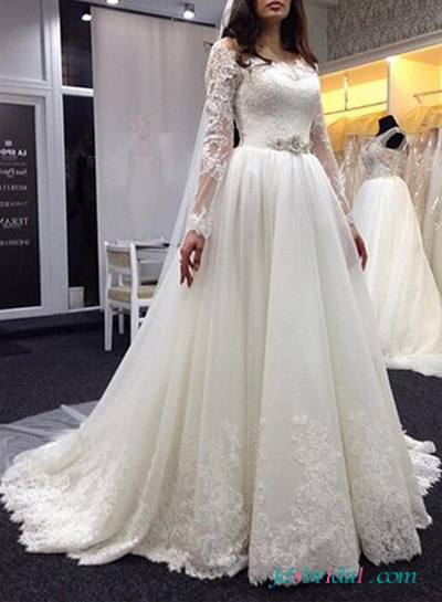 H1643 Beautiful lace scoop neckline wedding dress with sleeves